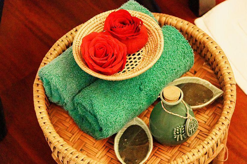 フットバスでは緑茶パウダーとハチミツ入りのソルトで優しくスクラブしバラの花を浮かべた湯ですすぐ