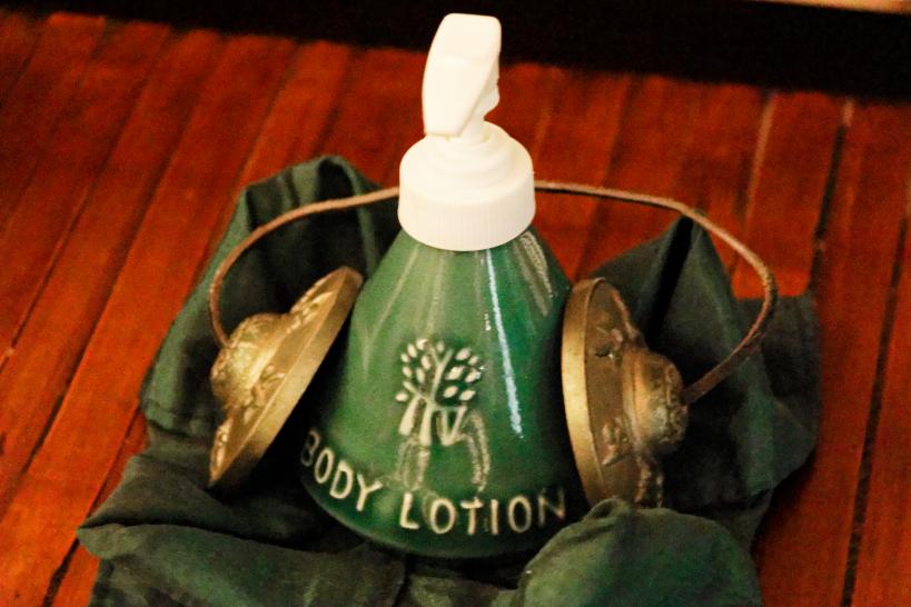 施術の最後にはネパール密教の仏具、ティンシャンが使われる